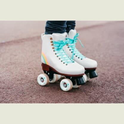 SKA810719 CHAYA Bliss Vanilla Kids Roller Skates | Kinder Rollschuhe + Erwachsene | Größenverstellbar | Lifestyle Rollschuhe Park Tanz Rollschuhe Barbie Park Quad Skates Roller Skates Lifestyle Rollschuhe Skatepark Rollschuhe Chaya Quad Skates Aggressive Quad Skates Rollschuhe Stunt Rollschuhe Rollkunstlauf Rollschuhe Rollerskates Schwarze Rollschuhe Lifestyle Rollschuhe Roller Skating Quad Skating Skateschule und Skateshop Weil am Rhein SkaMiDan Lörrach Freiburg Basel Deutschland Germany